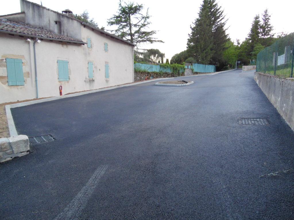 Les enrobés du parking des Aymards réalisés