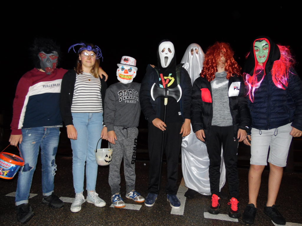 Très belle fête Halloween dans le village