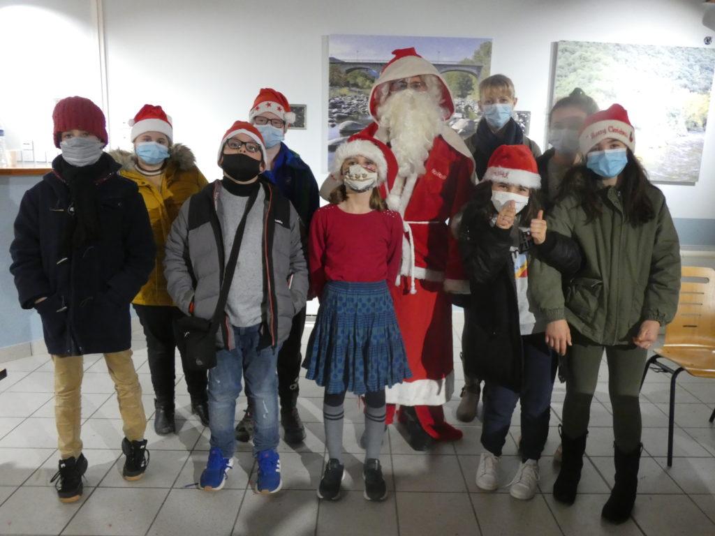 La tournée du Père Noël dans le village